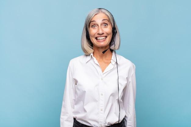 幸せそうに見えて嬉しそうに驚いた中年女性は、魅了されショックを受けた表情に興奮。