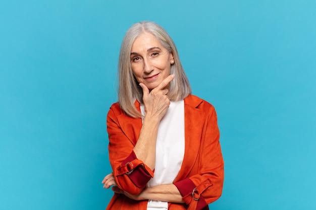 중년 여성, 진지하고 사려 깊고 불신, 한쪽 팔을 교차하고 턱에 손, 가중치 옵션