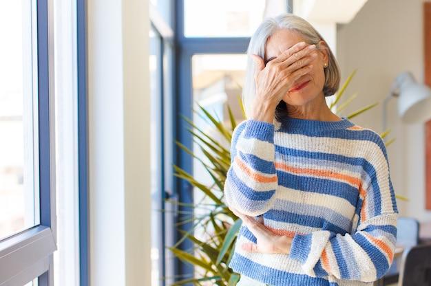 ストレス、恥ずかしさ、または動揺して見える中年女性