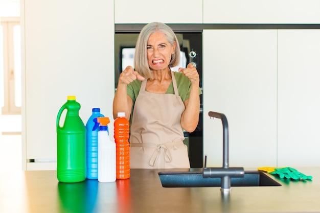 중년 여성이 손가락과 화난 표정으로 카메라를 앞으로 가리키며 의무를 다하라고 말합니다.