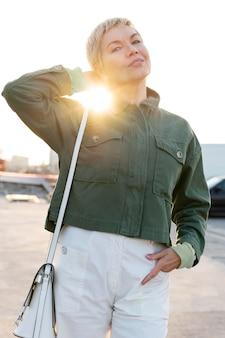 태양 앞에서 포즈를 취하는 중년 여성
