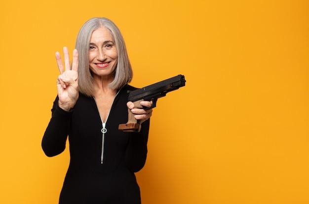 Женщина среднего возраста улыбается и выглядит дружелюбной