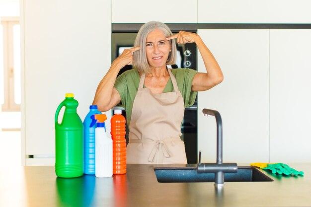 진지하고 집중된 외모, 브레인 스토밍 및 도전적인 문제에 대해 생각하는 중년 여성