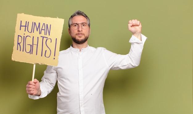 Активист среднего возраста с советом по правам человека