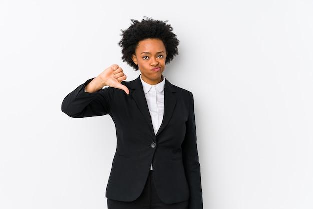 Афро-американских деловых женщин средних лет на белом фоне изолированы, показывая неприязнь жест, пальцы вниз. концепция несогласия.