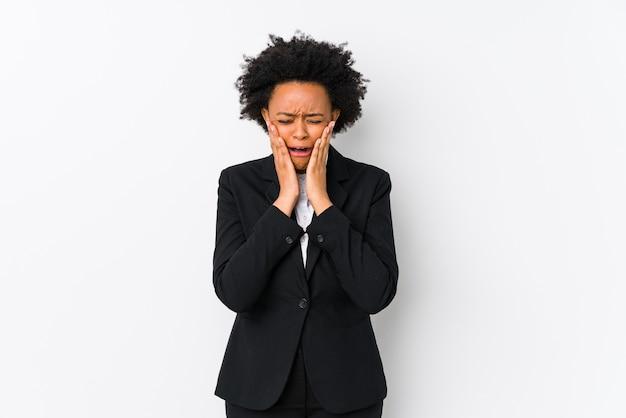 Афро-американских бизнес-леди средних лет против белого пространства изолировала нытье и безутешно плакать.