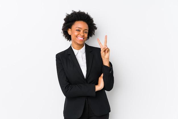 中年のアフリカ系アメリカ人の実業家が指で数2を示します。