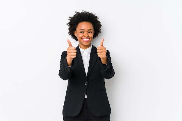 Афро-американская бизнесвумен средних лет с большими пальцами руки вверх, приветствует что-то, поддерживает и уважает концепцию.