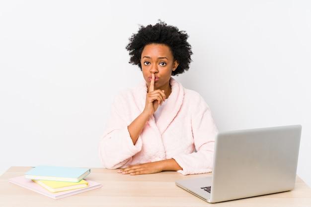 自宅で働く中年のアフリカ系アメリカ人女性は、秘密を守るか、沈黙を求めて分離しました。
