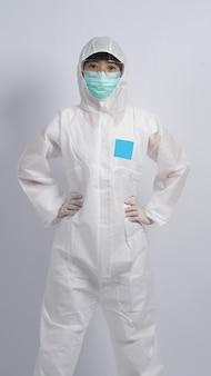 Ppeボディスーツまたは個人用保護具を身に着けている中年のアジアの看護師の女性