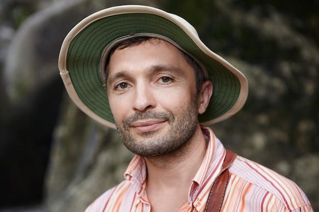 Botanico o biologo caucasico barbuto di mezza età che indossa il cappello di panama