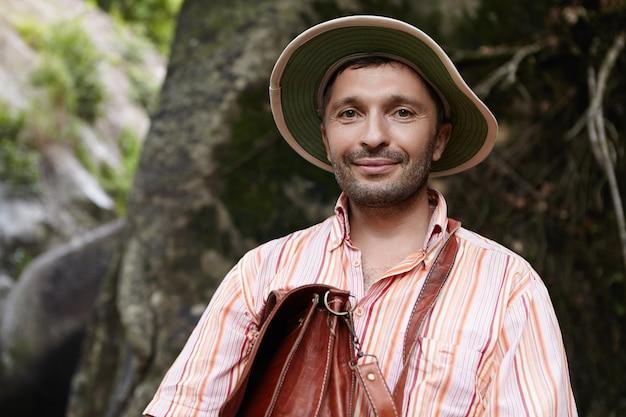 中年のひげを生やした白人植物学者または生物学者がパナマ帽子をかぶっています