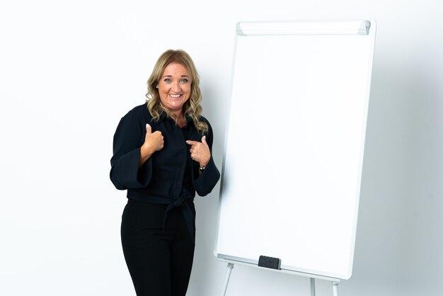 화이트 보드와 놀라운 표정으로 프레젠테이션을 격리 된 흰색 배경 위에 중간 세 금발의 여자