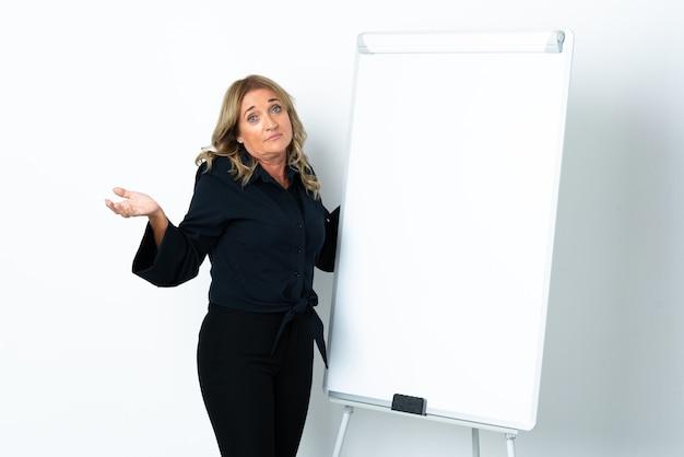 화이트 보드에 프레젠테이션을 격리 된 흰색 배경 위에 중간 세 금발의 여자 프리미엄 사진