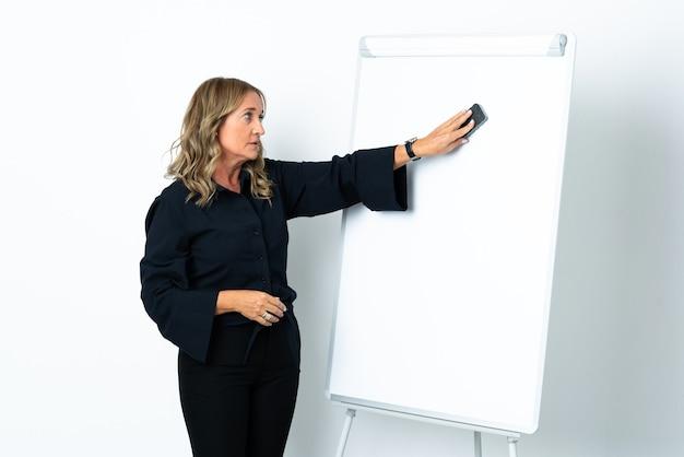 화이트 보드에 프레젠테이션을 격리 된 흰색 배경 위에 중간 세 금발의 여자