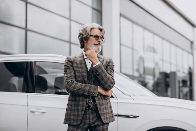 車のサロンで中年のビジネスマン