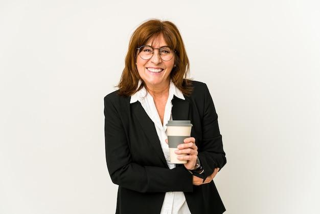 테이크 아웃 커피를 들고 중간 나이 든된 비즈니스 여자는 웃음과 재미를 격리합니다.