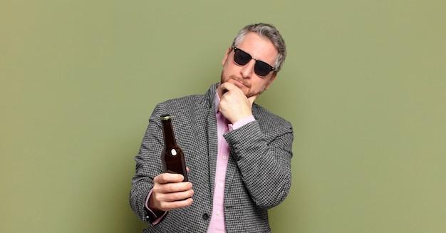 ビールを飲んでいる中年のビジネスマン