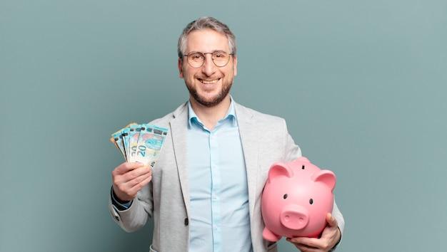 Бизнесмен средних лет с деньгами и копилкой