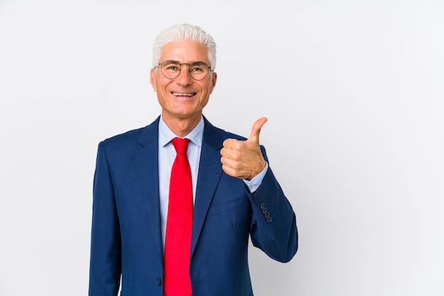 Среднего лет кавказский деловой человек, изолированных улыбаться и поднимать большой палец вверх