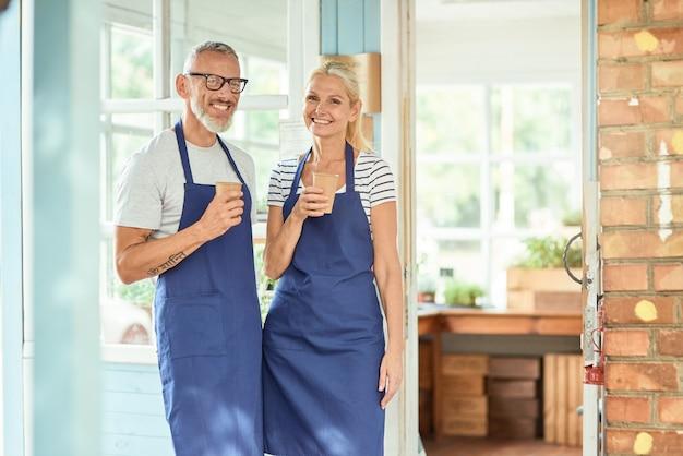 근무일 휴식 시간에 커피를 마시는 중년 백인 부부