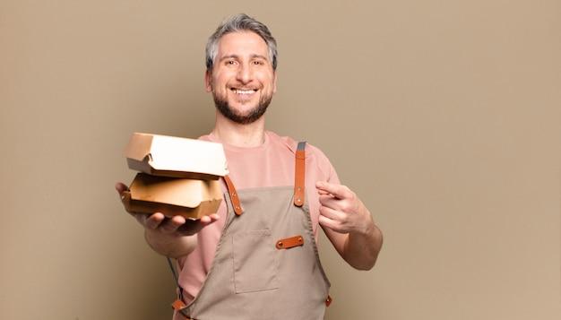 ハンバーガーと中年のシェフの男