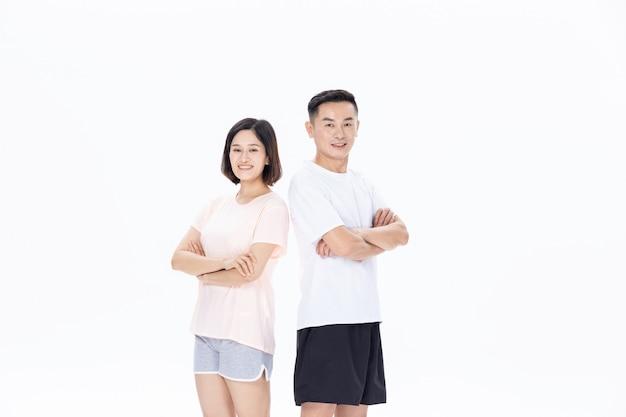Пара средних лет держит спортивные очки