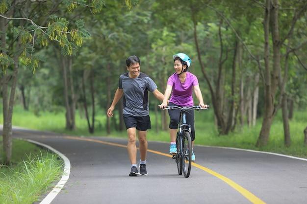 公園で運動をリラックスした中年夫婦