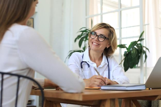 中年の女性医師セラピストが在宅患者と相談。