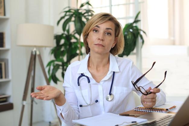 상담 중인 중년 여성 의사 치료사.