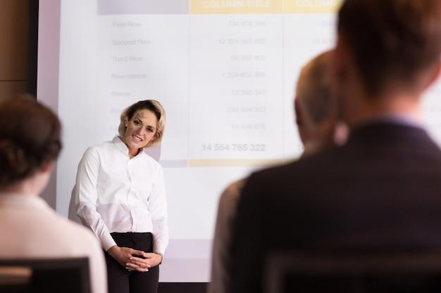 청중과 이야기하는 중년 여성 전문가
