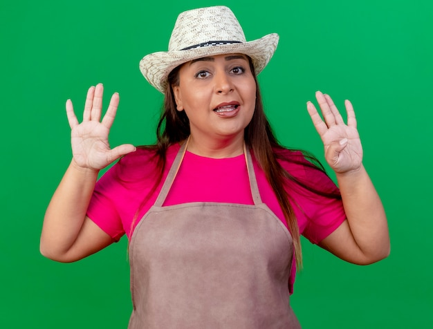 Giardiniere donna di mezza età in grembiule e cappello