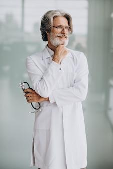 Medico bello di mezza età in un ospedale