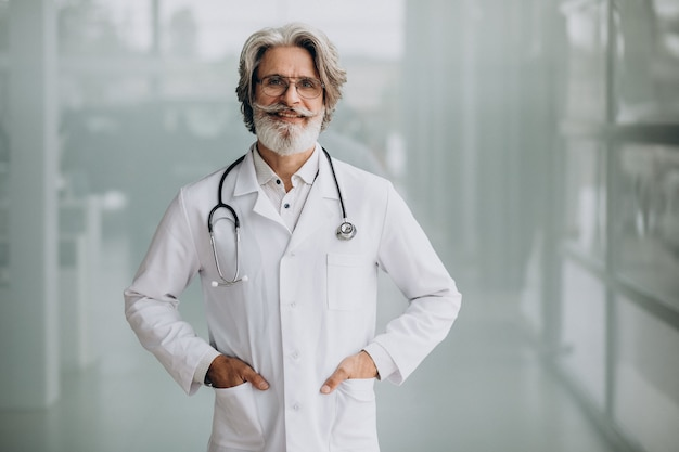 Красивый доктор средних лет в больнице