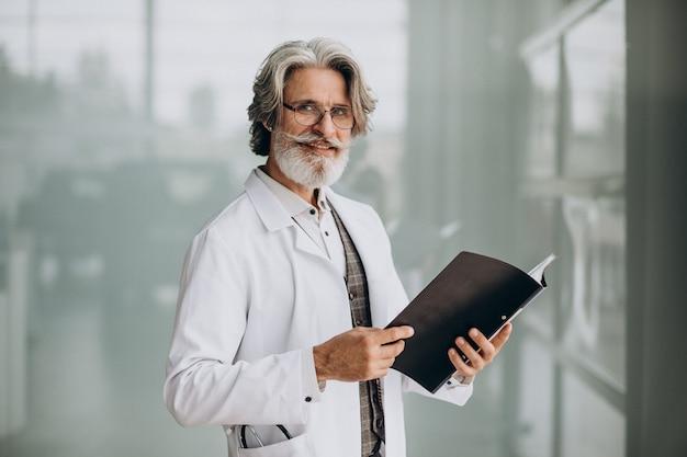 病院で中年のハンサムな医者