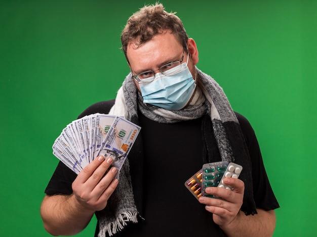의료 마스크와 스카프를 착용하는 중년의 아픈 남성
