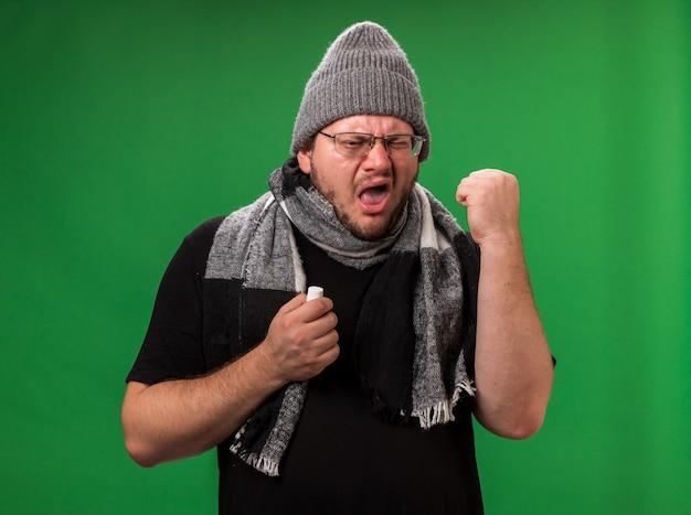 Maschio malato di mezza età che indossa cappello e sciarpa invernali -