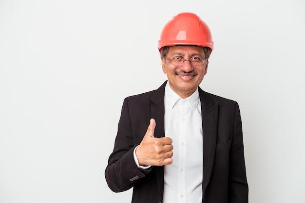 흰색 배경에 고립 된 중년 인도 건축가 남자가 웃고 엄지손가락을 위로 올려