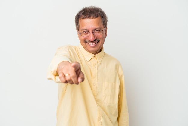 白い背景で隔離された中年のインド人は、正面を指している陽気な笑顔。