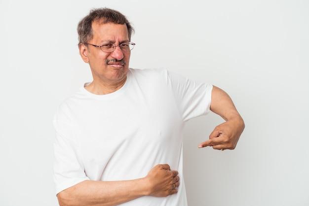 肝臓の痛み、胃の痛みを持っている白い背景で隔離される中年のインド人男性。