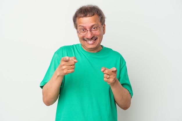 指で正面を指している白い背景に分離された中年のインド人。