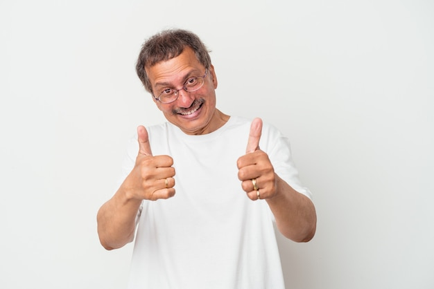 흰색 배경에 격리된 중년의 인도 남자는 두 엄지손가락을 위로 올리고 웃고 자신감을 갖고 있습니다.