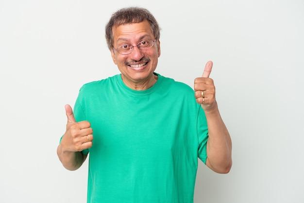 中年のインド人男性は、白い背景で隔離され、両方の親指を上げて、笑顔で自信を持っています。