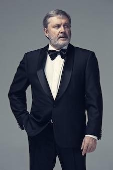 スーツを着た中年男性成人