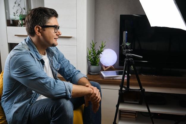 自宅で生放送中年男性ブロガー