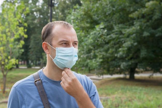 屋外医療マスクの中年男