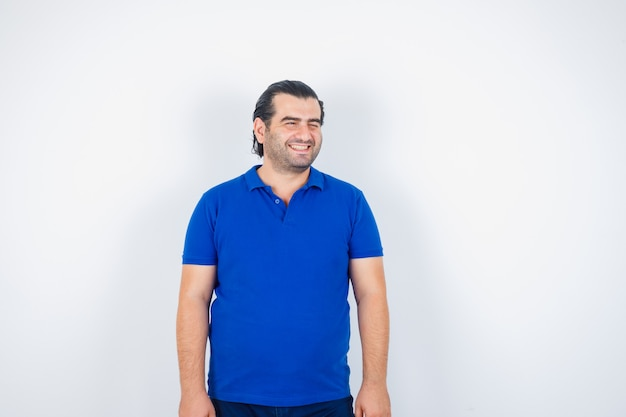 目をそらし、幸せそうに見えるtシャツの中年男性、正面図。