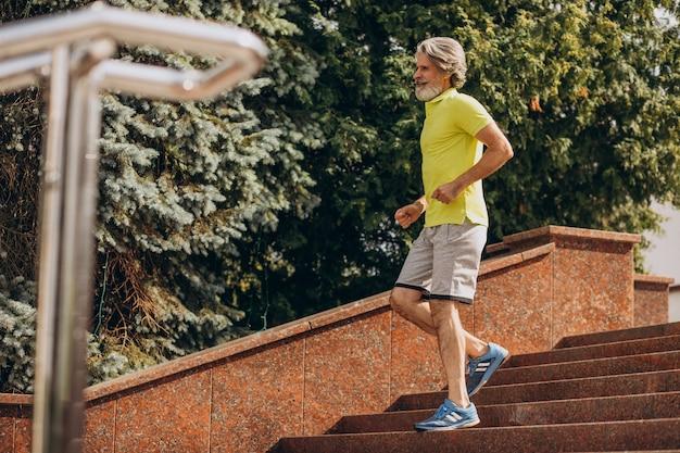 中年男性がジョギングダウンと2階