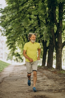 中年の男が森でジョギング