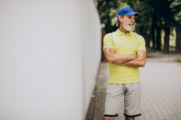 公園でジョギング中年の男
